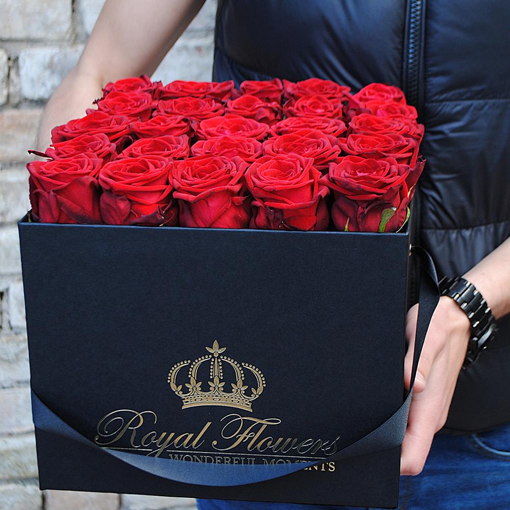 Raudonos rožės dėžutėje ROY