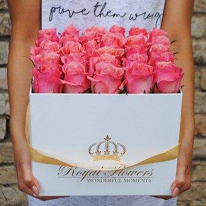 Rausvos rožės baltoje dėžutėje