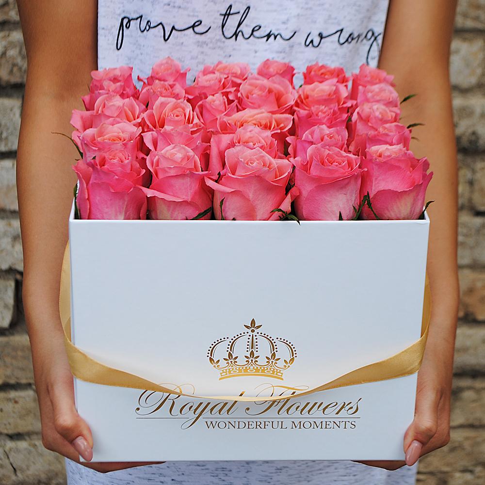 Rausvos rožės dėžutėje