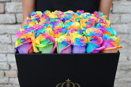 Spalvotos rožės dėžutėje