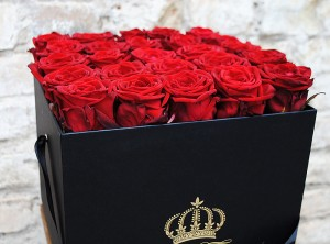 Raudonos rožės dėžutėje