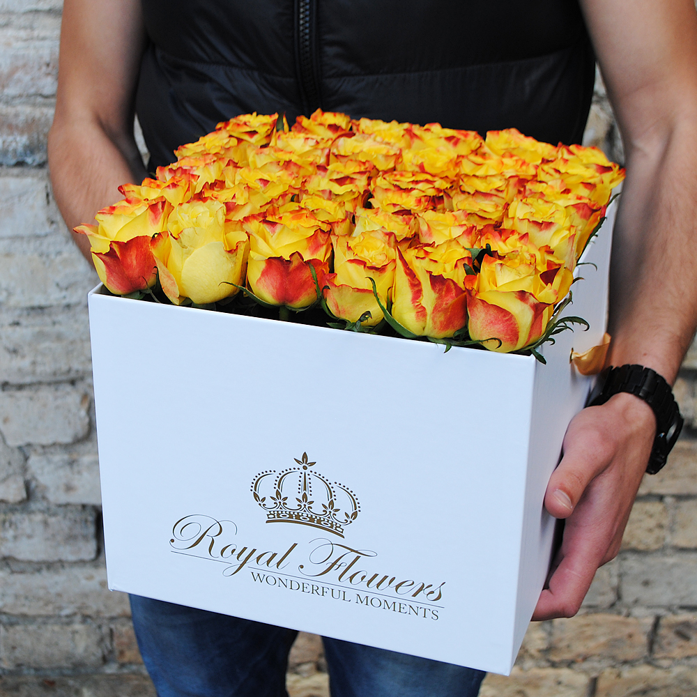 Oranžinės rožės dėžutėje