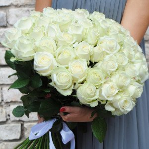 50 baltų rožių