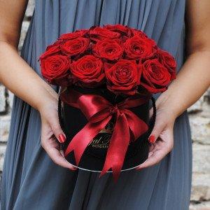 Raudonos rožės dėžutėje AJ/M
