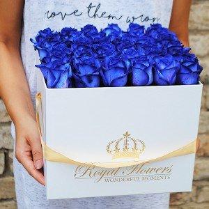 Mėlynos rožės baltoje dėžutėje