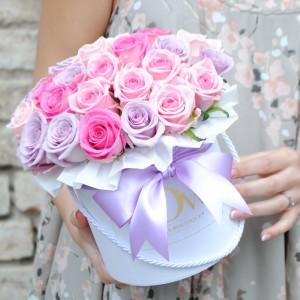 Pastelinių spalvų rožės dėžutėje