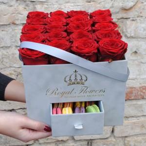 Raudonos rožės su Macarons